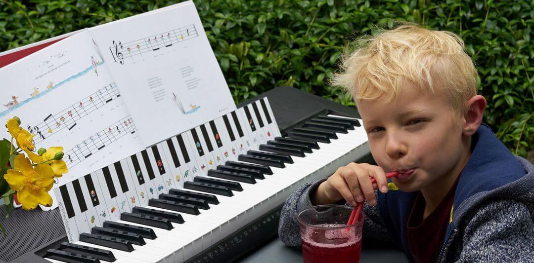 Pojke spelar keyboard