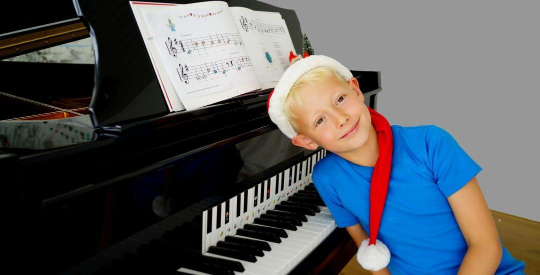 Pojke spelar piano